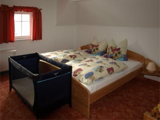 Doppelbett mit zusätzlicher Aufbettung